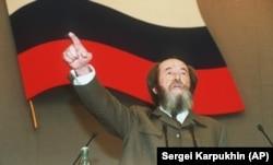 Solzhenitsyn addresses the Duma in October 1994.
