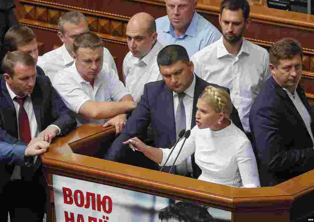 Лідер партії «Батьківщина» Юлія Тимошенко виступає перед парламентарями під час обговорення змін до Конституції України, Київ, 31 серпня 2015 року