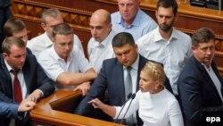 Володимир Гройсман та Юлія Тимошенко (в центрі)