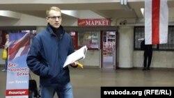 Зьміцер Дашкевіч у час збору подпісаў за бел-чырвона-белы сьцяг