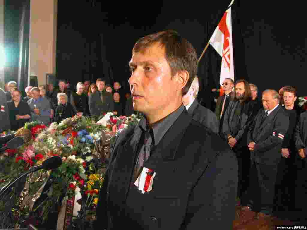 Прамаўляе Аляксандар Лукашук падчас разьвітаньня з Васілём Быкавым. Дом літаратара. Менск, 25 чэрвеня 2003