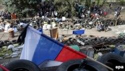 Ресейшілдер қорған баррикадалар. Украина, Мариуполь, 17 сәуір 2014 жыл.