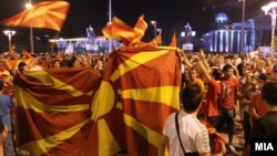 Македонските фанови продолжуваат да слават.