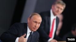 Vladimir Putin i Dmitrij Peskov