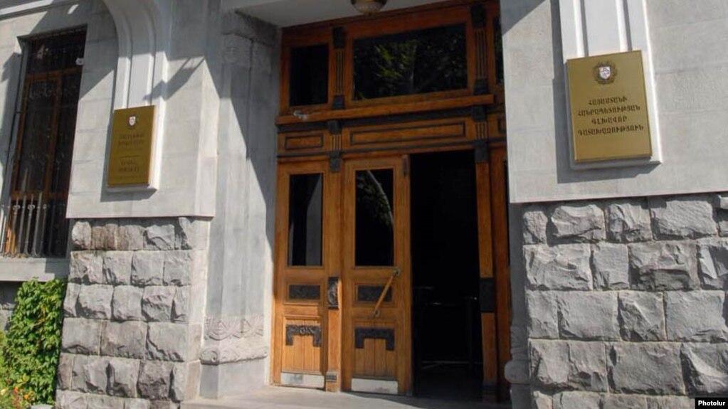 По подозрению в получении крупной взятки задержаны сотрудники мэрии Гюмри