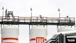 شرکت نفتی روسی لوک اويل، روز دوشنبه ۲۲ اکتبر، اعلام کرد که اين شرکت مجبور است به دليل تحريم های ايالات متحده، فعاليت خود در ايران را به زودی متوقف کند.