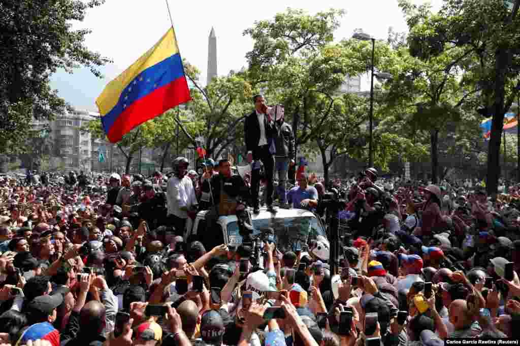 Венесуельський опозиційний лідер Хуан Гуайдо промовляє до своїх прибічників у Каракасі
