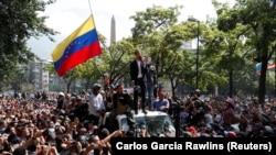 Lideri opozitar në Venezulë, gjatë një adresimi para protestueve në Karakas.