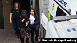 Policët e shoqërojnë një grua në një furgon policor, në Barking, lindje të Londrës, Britani, 4 qershor 2017.