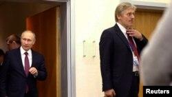 Российский президент Владимир Путин (слева) и его пресс-секретарь Сергей Песков после переговоров в Берлине, Германия, 20 октября 2016 года