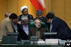 Иран парламентінің төрағасы Әли Ларижани (ортада) мен депутаттар сөйлесіп тұр. Тегеран, 17 тамыз 2017 жыл.
