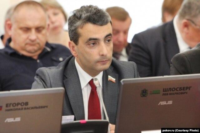 Лев Шлосберг на заседании Псковского областного собрания. Июнь 2014 года