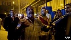 Мужчина на выходе из здания морга, где он опознал погибшего на стадионе в Каире сына. 8 февраля 2015 года.