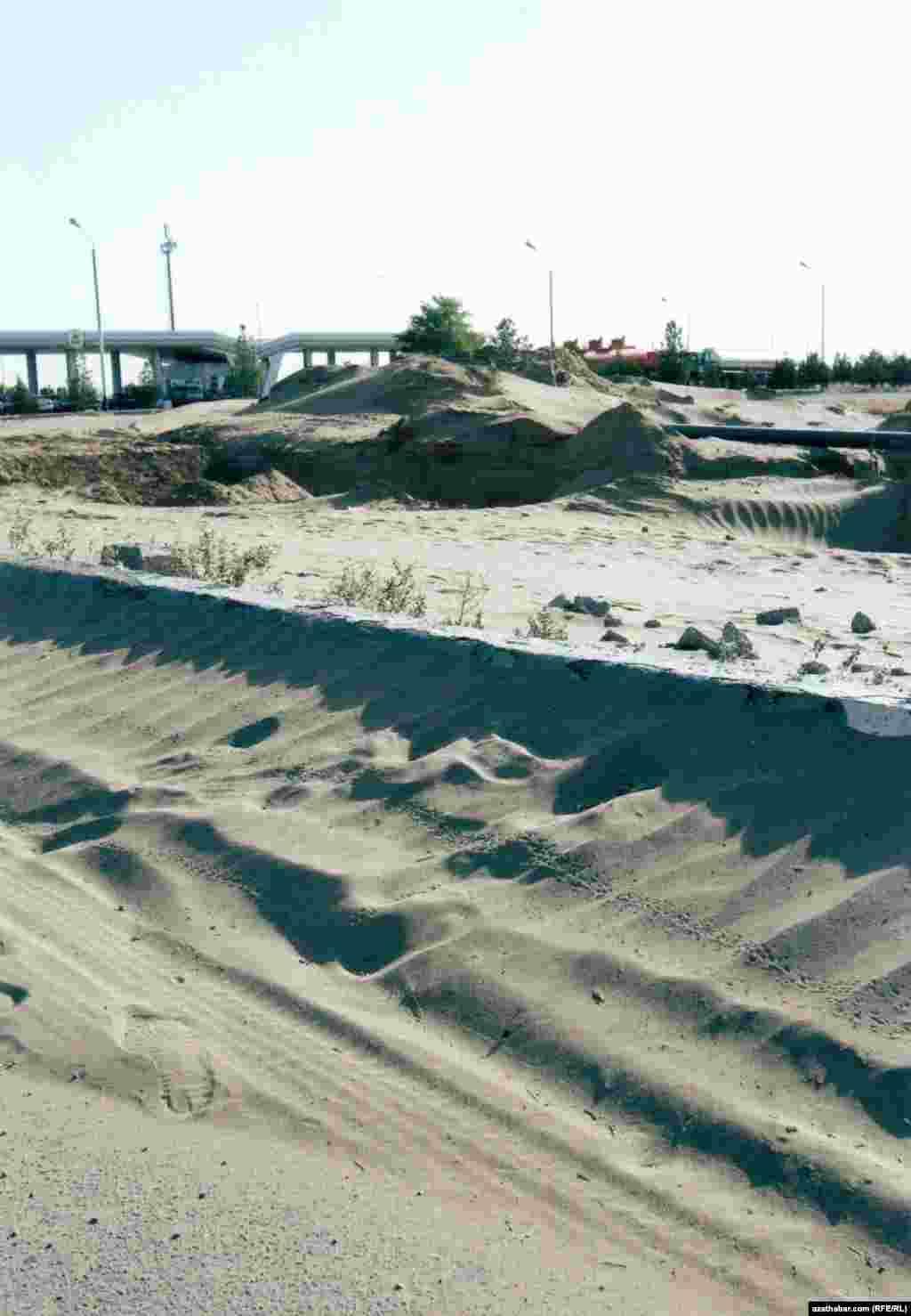 4-й километр трассы Ашхабад-Дашогуз. Песчанные завалы ограничивают доступ к заправочной станции.