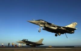 """Французские боевые самолеты из состава международной коалиции, воющей против """"Исламского государства"""""""
