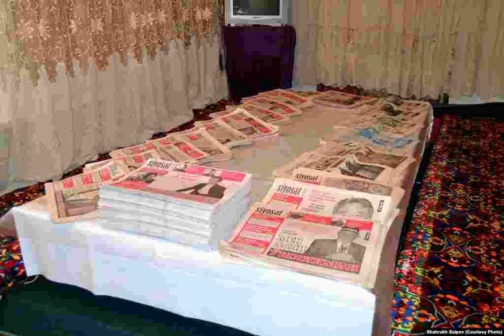 """25 жастағы Әлішер Саипов негізін қалаған """"Саясат"""" (Siyosat) газеті апта сайын шығып тұрған. Басылым Қырғызстан мен Өзбекстанға тараған."""
