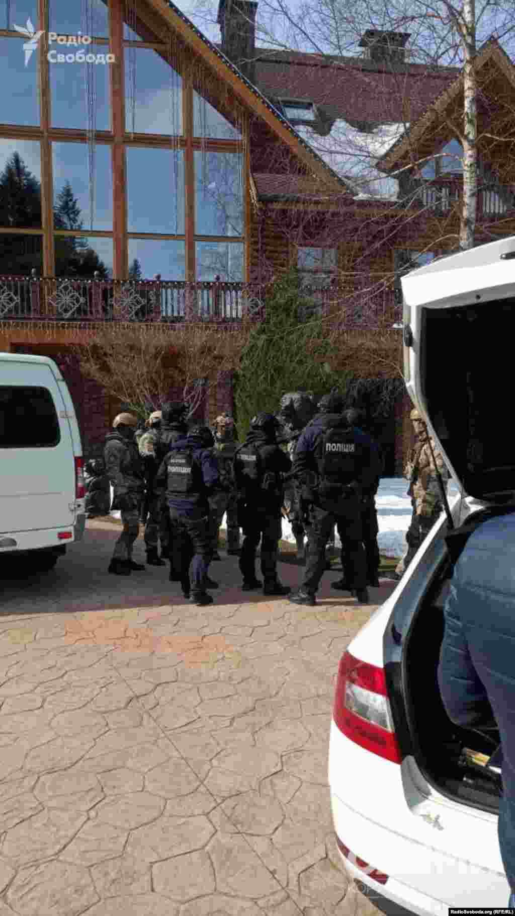 Обшук відбувся 19 березня в резиденції підсанкційного політика «Ведмежа діброва» поблизу селища Жденієва
