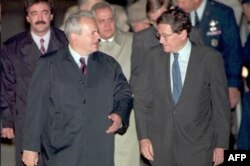 Slobodan Milošević stiže na mirovne pregovore u Dejtonu u pratnji Ričarda Holbruka.