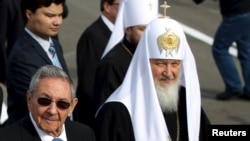 Патриарх Кирилл рядом с кубинским президентом Раулем Кастро во время встречи в аэропорту Гаваны