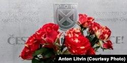 Цветы у памятника РОА в Праге