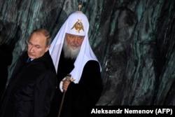 Президент России Владимир Путин и Патриарх Московский и всея Руси Кирилл во время открытия мемориала жертв политических репрессий. Москва, 30 октября 2017 года