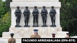 ادای احترام افسران بریتانیایی به یادبود سربازانی که مقابل آلمان نازی ایستادند