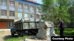Заключительный этап сноса гипсового памятника Ленину на территории колледжа транспорта и коммуникаций. Павлодар, 21 мая 2012 года. Фото Марата Тулендинова.