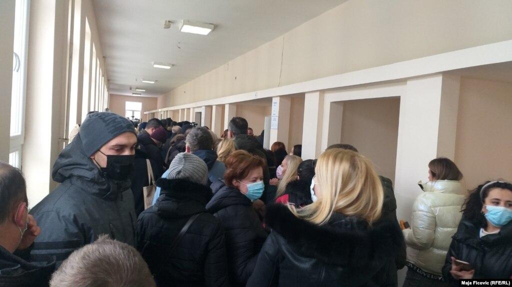 Qendër votimi në Mitrovicën e Veriore ku shihet se nuk po respektohet mbajtja e distancës.