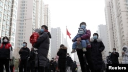 În provincia Hebei, lumea așteaptă să fie testată, păstrând distanța socială, 12 ianuarie 2021.