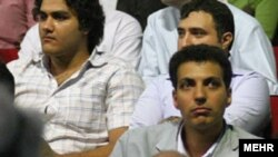 عادل فردوسیپور (راست، وسط)