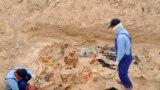 مختصون من وزارة حقوق الإنسان يوثقون معلومات عن ضحايا مقبرة جماعية في العراق.
