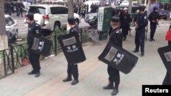 Үрімжі көшесінде тұрған полиция жасағы. Шыңжаң, Қытай, 22 мамыр 2014 жыл. (Көрнекі сурет)