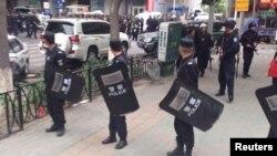 Полиция қауіпсіздік қадағалап жүр. Үрімжі, 22 мамыр 2014 жыл.