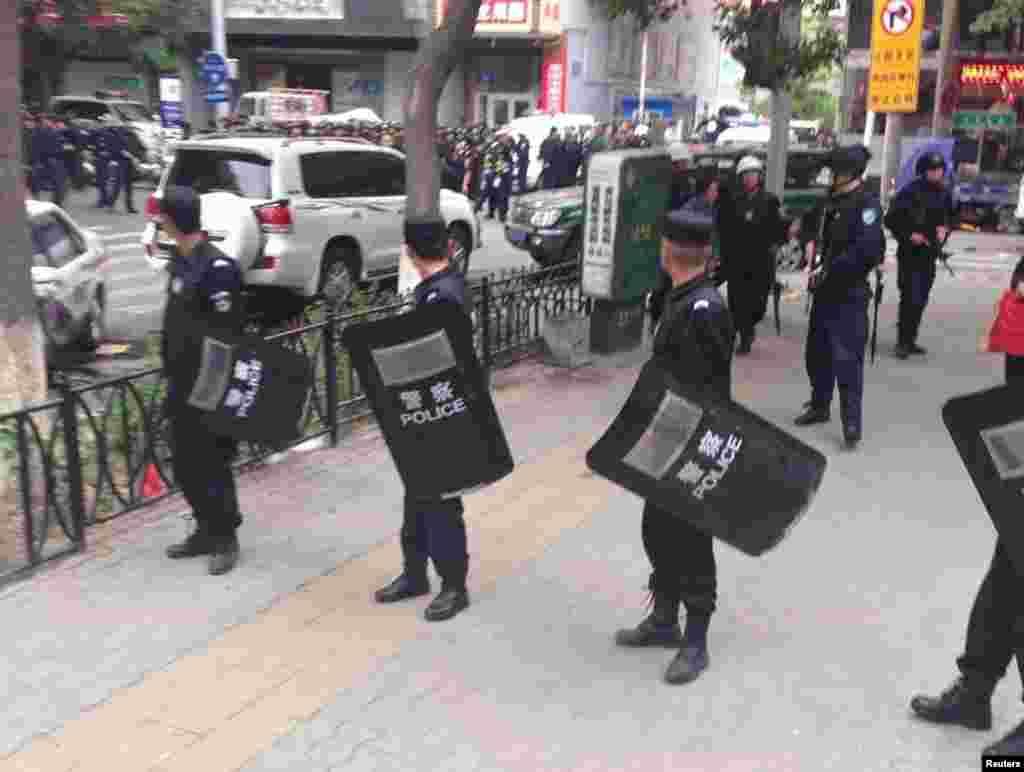 22 мая в результате двух взрывов на рынке Урумчи, административного центра китайской провинции Синьцзян, погиб 31 человек и более 90 получили ранения. По заявлению Пекина, нападение совершили пять смертников. Власти Китая считают, чтоугроза терроризма в регионе исходит от сепаратистов и экстремистов, которые якобы поддерживаются иностранными исламистскими группировками.Критики отмечают, что власти преувеличивают масштаб угроз, чтобы оправдать ужесточение мер безопасности. На фото: полицейские оцепили место совершения взрывов на рынке Урумчи, 22 мая 2014 года.