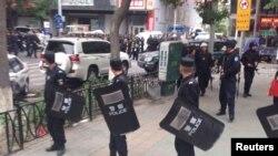 Китайские полицейские оцепили место взрыва на рынке в Урумчи. 22 мая 2014 года.