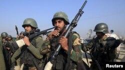 Солдаты пакистанской армии на периметре университетского городка в Пешаваре. 20 января 2016 года.
