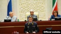 Tatarystanyň içeri işler ministri Artem Hohorin tatar parlamentinde Kazanda bolan soňky terror hüjümleri barada çykyş edýär.