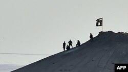 """""""Ислам дәүләте"""" сугышчылары Кобани шәһәре янында әләмнәрен күтәрә. 9 октябрь 2010"""