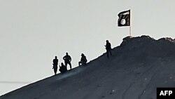 """Боевики экстремистской группировки """"Исламское государство"""" подняли свой флаг на горе в сирийском городе Кобане. 7 октября 2014 года."""