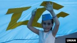 Крымскотатарский флаг на праздновании в Киеве