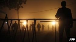 Пәкістандағы түрмелердің сыртында тұрған әскери адам. Мултан. 5 қаңтар 2015 жыл