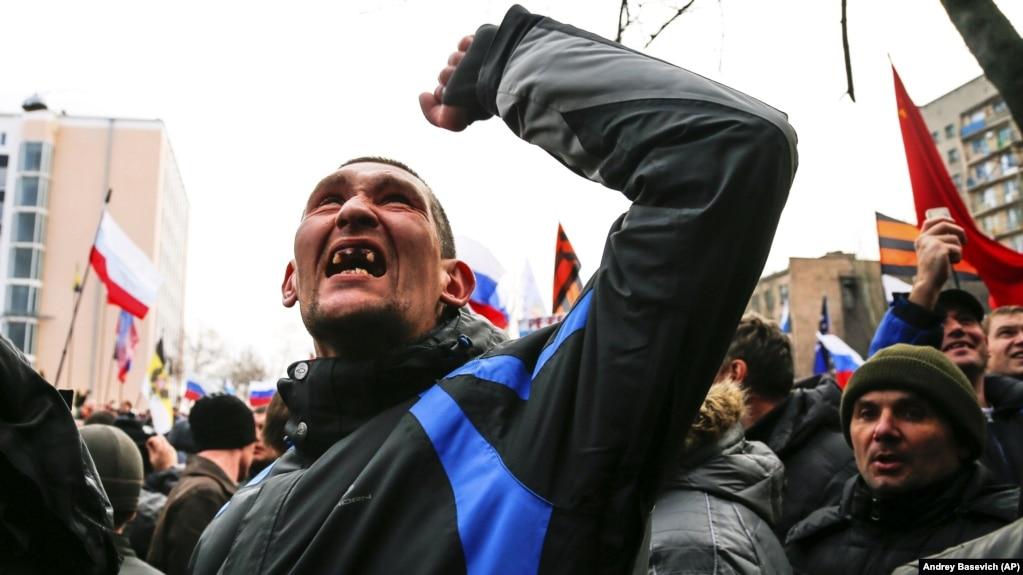 Учасники проросійського мітингу в Донецьку, 16 березня 2014 року