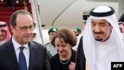 Президент Франции Франсуа Олланд (слева), король Саудовской Аравии Салман ибн Абдул-Азиз (справа) в аэропорту Эр-Рияда. 4 мая 2015 года.