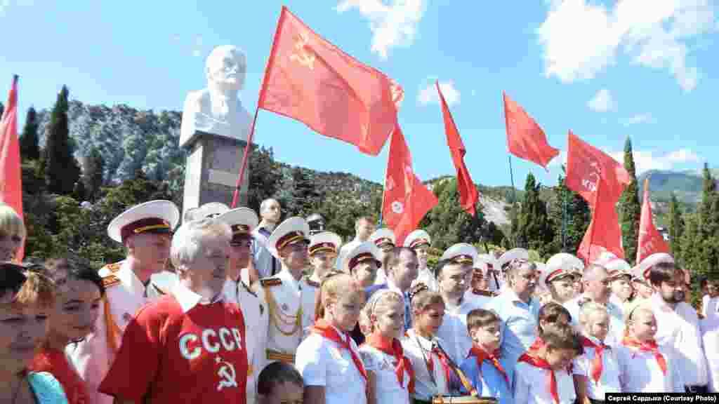 Бюст Леніна в Сімеїзі ‒ перший і поки єдиний великий пам'ятник цьому діячеві, зведений після анексії Криму. 5 вересня нинішнього року разом з відкриттям провели урочистий прийом селищної молоді в «піонери»