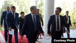 Экс-президент Алмазбек Атамбаев мурдагы кадрлары менен.