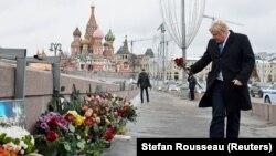 Борис Джонсон на місці вбивства російського опозиціонера Бориса Нємцова в центрі Москви, Росія, 22 грудня 2017 року