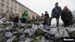 Люди на баррикадах в Киеве, 12 февраля 2014 года.