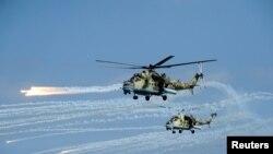 В Таджикистане стартовали совместные военные учения вооруженных сил страны, а также подразделений из Узбекистана и России.