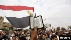 مناصرون للرئيس مرسي يتظاهرون امام مسجد رابعة العدوية
