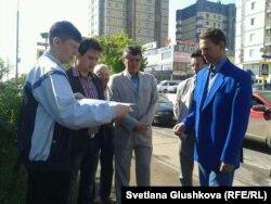Гражданские активисты разворачивают плакаты у здания посольства Италии, после того как их обращения с просьбой проверить законность высылки из Италии в Казахстан родственников оппозиционного политика в изгнании Мухтара Аблязова не были приняты. Астана, 10 июня 2013 года.